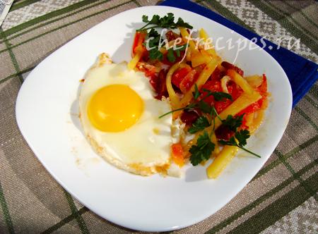 Глазунья с салями и овощами