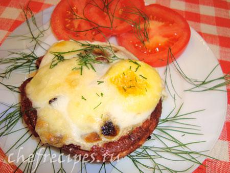 Яичница с колбасой и грибами