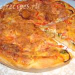 Пицца с ветчиной помидорами и кабачками