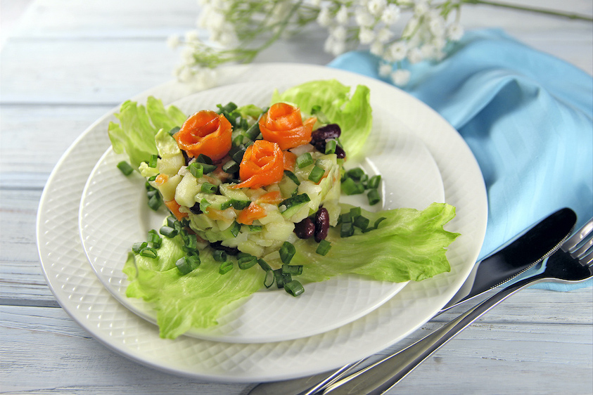 Салат с лососем. Вкусно, дешево, празднично.