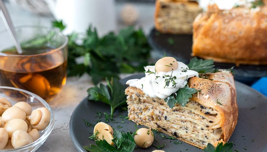 Вкуснейший закусочный блинный торт с грибами и сыром «Пармезан».